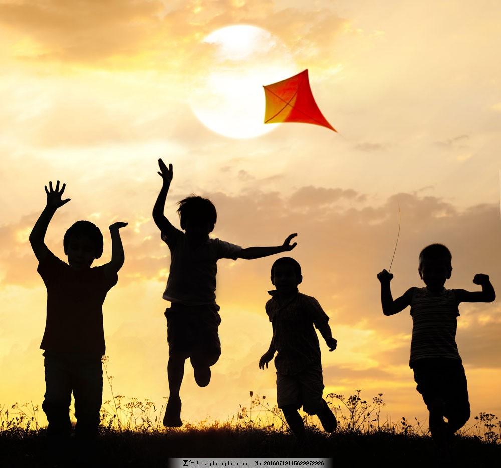 夕阳下放风筝的儿童图片素材 夕阳 小男孩 小女孩 幸福家庭 大人小孩