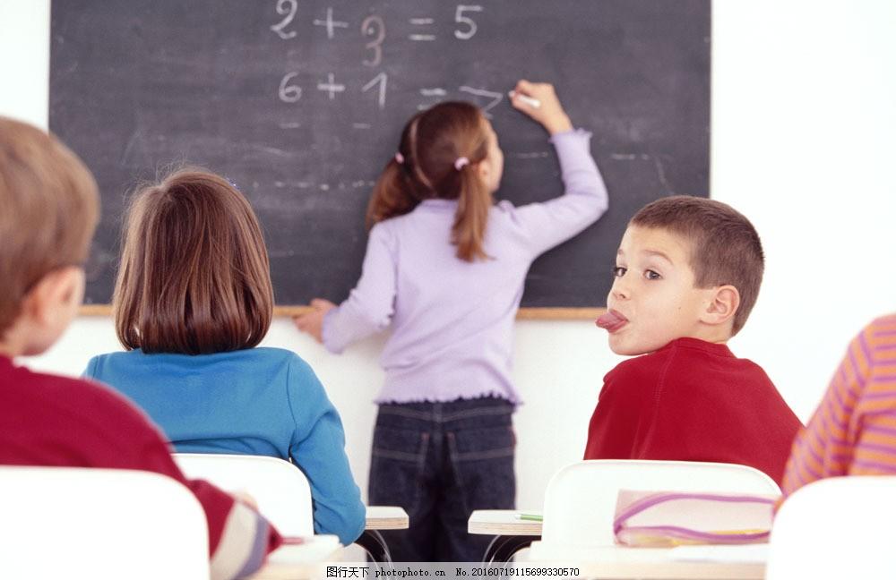 上课听讲的小学生图片