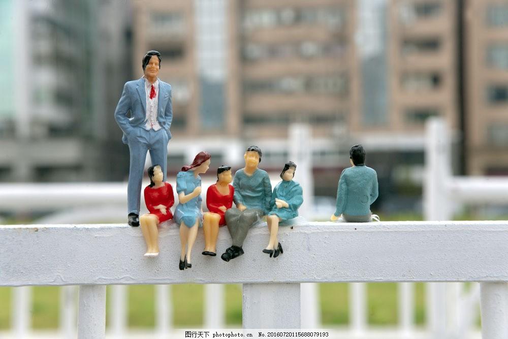 坐在栏杆上的人物图片