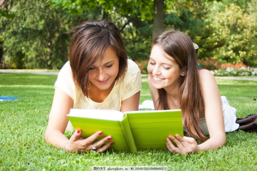 草地上看书的外国女生图片素材 美女大学生 草地 看书 青年女生 时尚