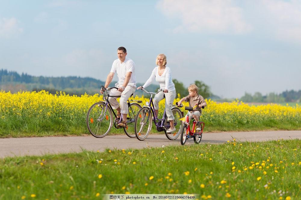 田野骑自行车的一家人图片
