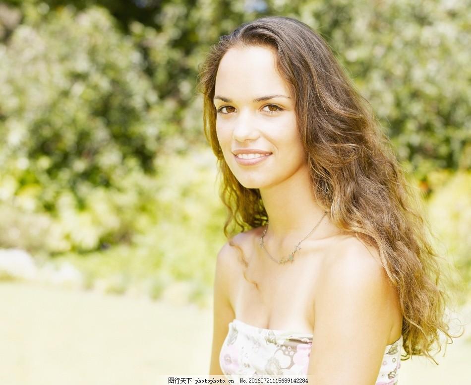青少年 女生 休闲 金发青少年 长发 微笑 草地 树木 生活人物 人物