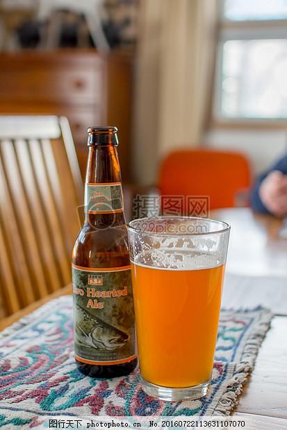 啤酒瓶和酒杯