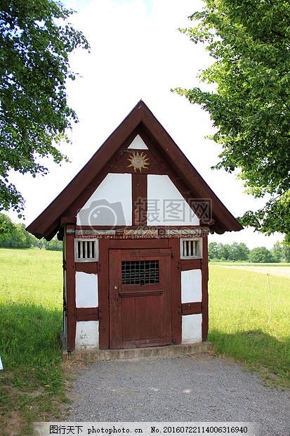 户外的小房子 房子 绿草 树木 三角形 棕色 木质     红色 jpg