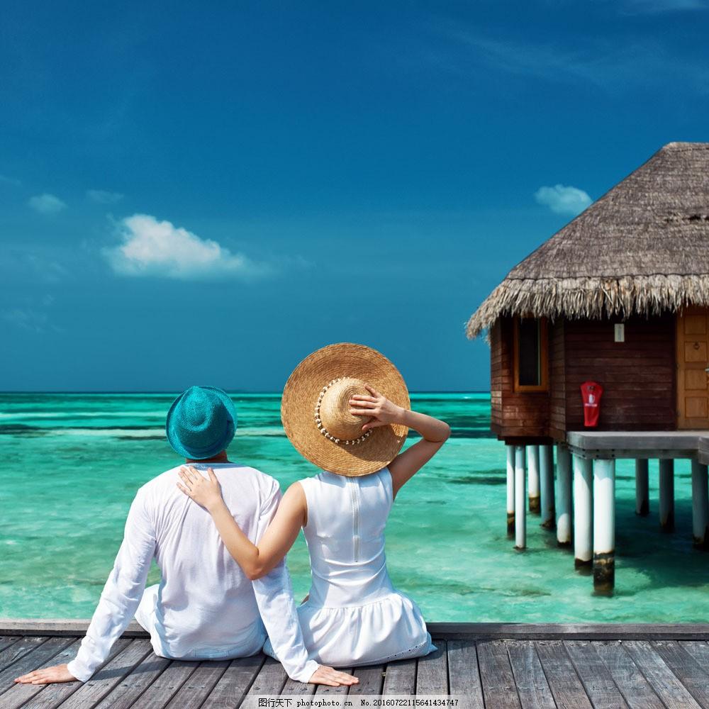水边的情侣背影图片素材 水边 情侣 背影 海边 沙滩 大海 外国人物 生