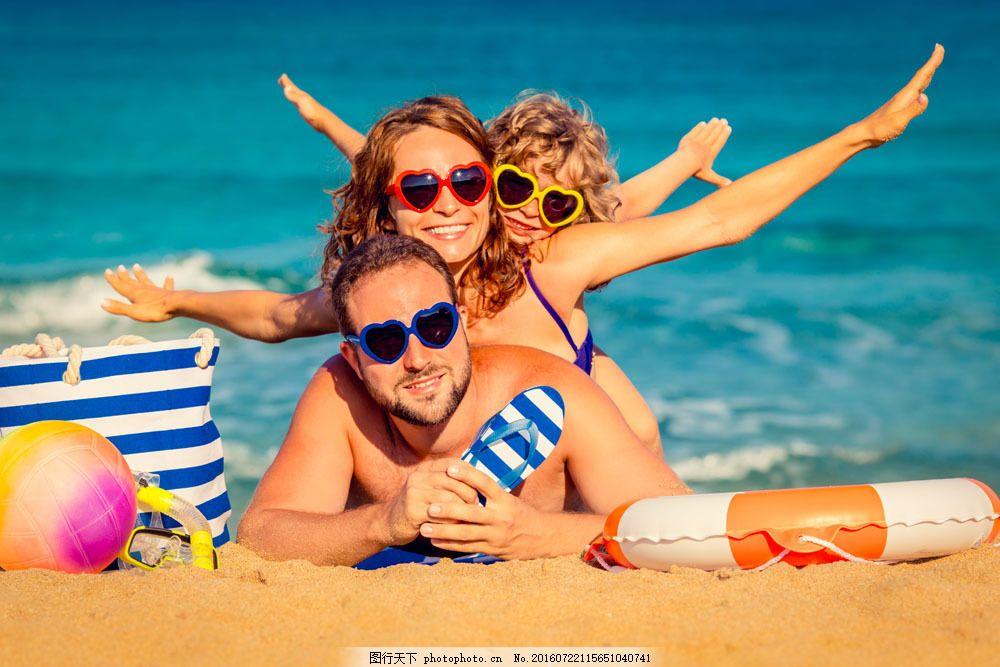 海边 沙滩 小女孩 爸爸妈妈 一家人 幸福家庭 大人小孩 亲子 生活人物