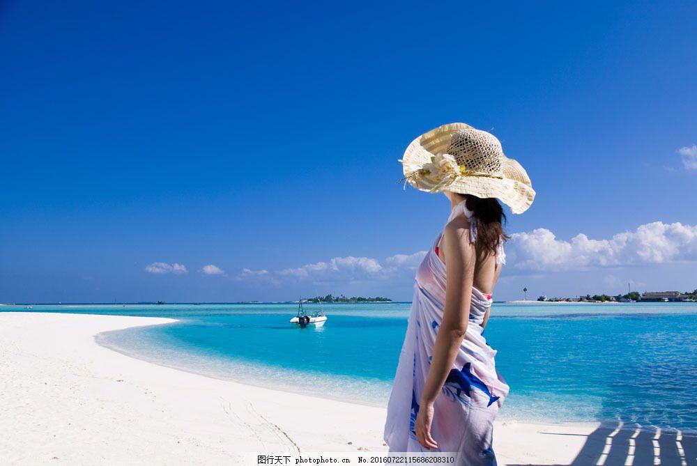 海边度假的女人图片素材 女人 假期 度假 悠闲 美丽风景 沙滩 太阳帽