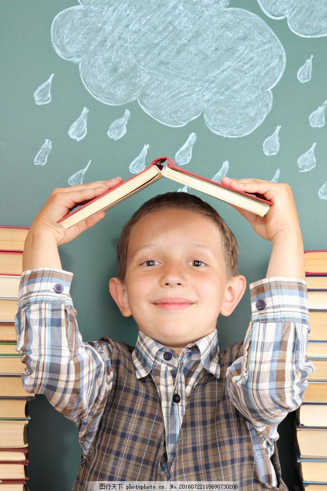 举着书本的男生图片素材 小学生 书本 书籍 小男孩 小男生 外国儿童