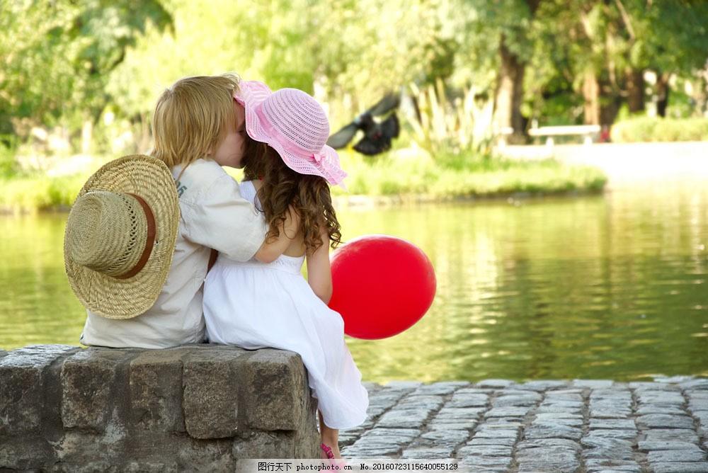 拥抱亲吻的外国可爱儿童图片