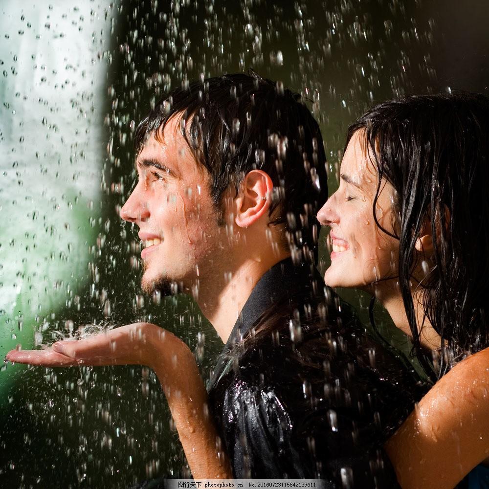 雨中浪漫的情侣图片素材 雨天 大雨 雨中拥抱的情侣 恩爱夫妻 情侣