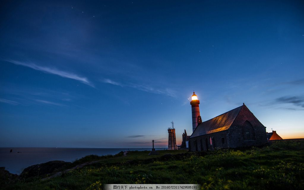 夜晚海边的灯塔