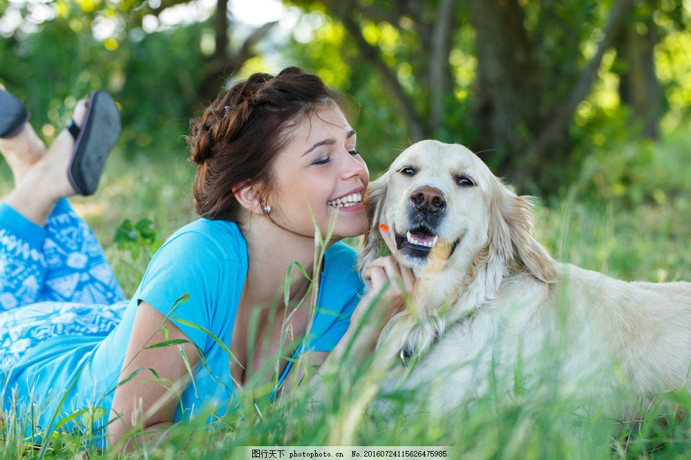 趴在草地上的美女与宠物狗图片素材 狗 宠物 美女 女人 草地 人物