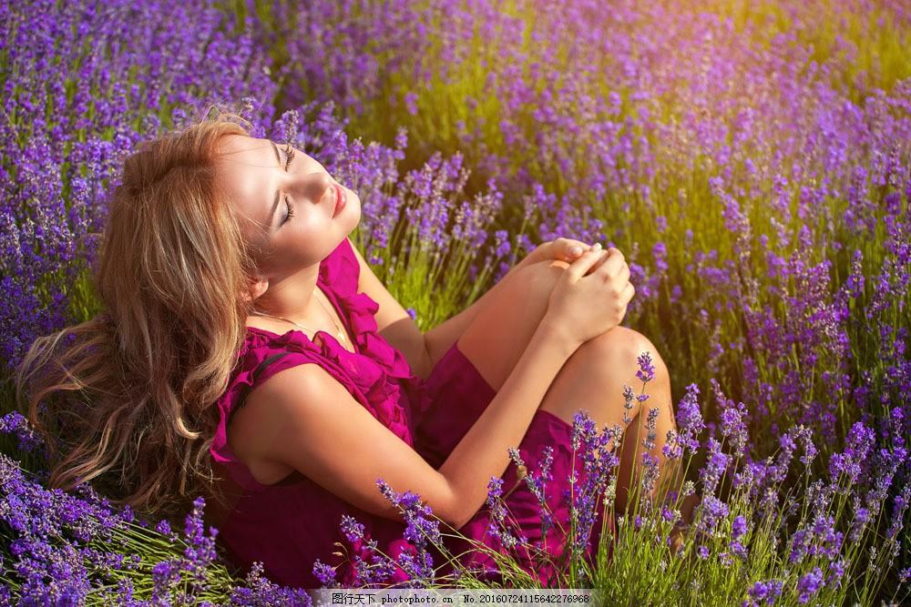 坐在花丛中的美女图片素材 花丛 美女 女人 女性 人物 外国人物 女性