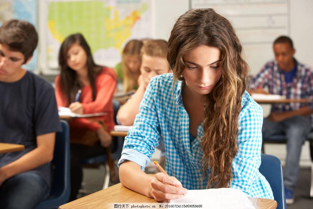 正在上课的大学生们图片素材 外国人物 大学生 上课 学习 桌子 写字
