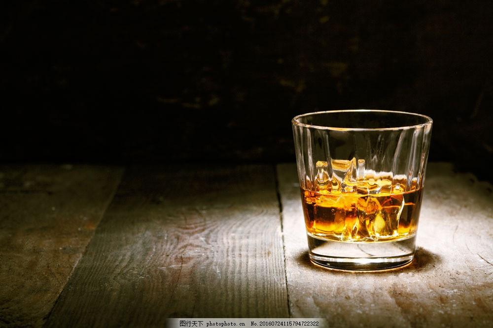 木板上的威士忌图片素材 洋酒 威士忌 木板背景 酒水 玻璃酒杯 玻璃