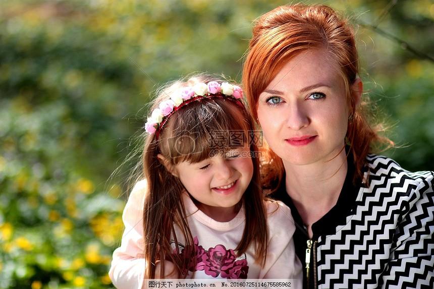妈妈和可爱的小女孩 女儿 家庭 拥抱 微笑 母亲 发带 花花 闭眼