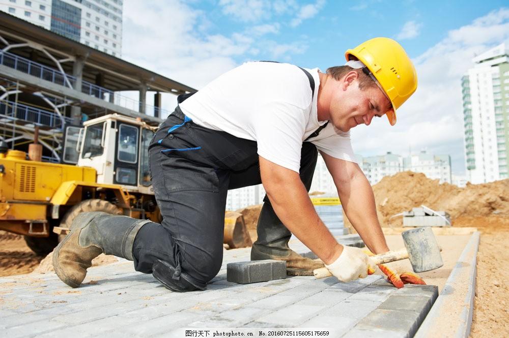 工地上的建筑工人图片素材 建筑工人 工人 工地 建筑师 安全帽 帽子