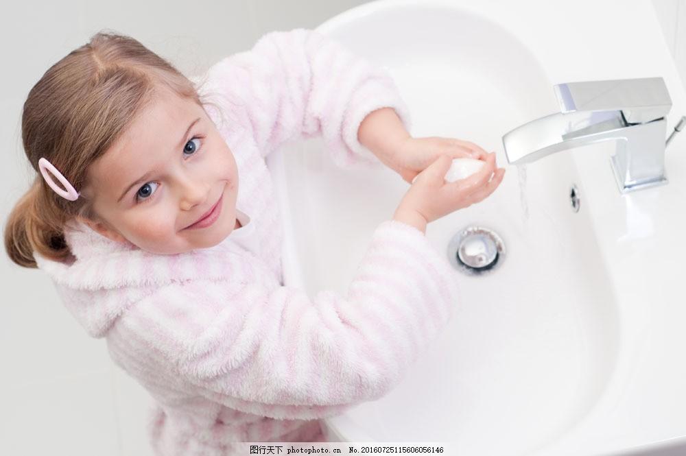 洗手的小女孩 洗手的小女孩图片素材 儿童 小孩 孩子 可爱 儿童图片