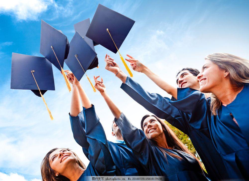 扔学士帽的一群外国大学生图片