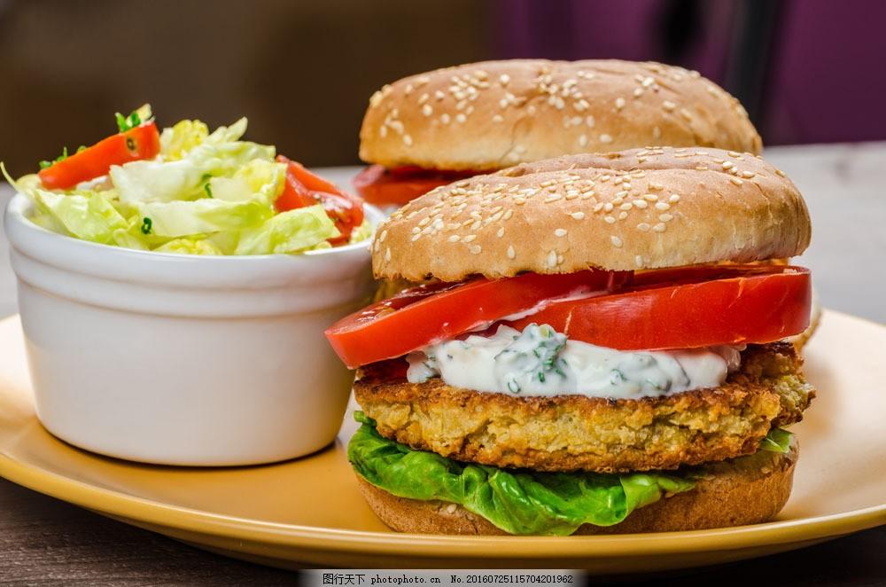 盘子里的汉堡与蔬菜图片素材 快餐食物 高热量食物 餐饮美食 蔬菜