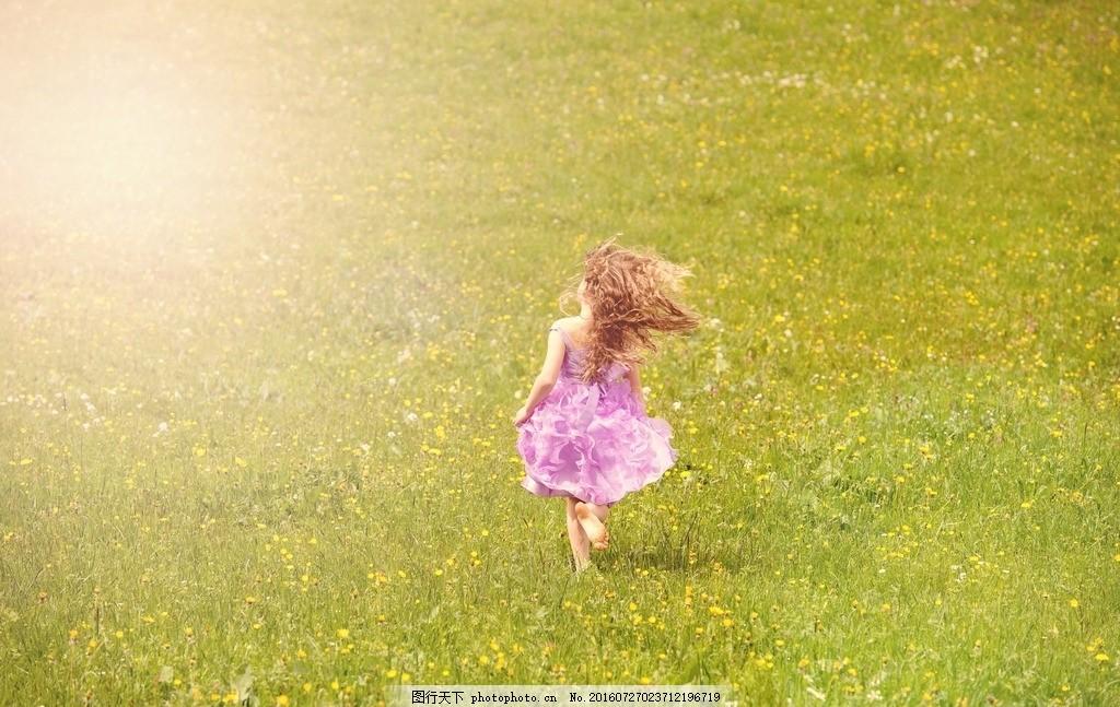 长发女孩奔跑