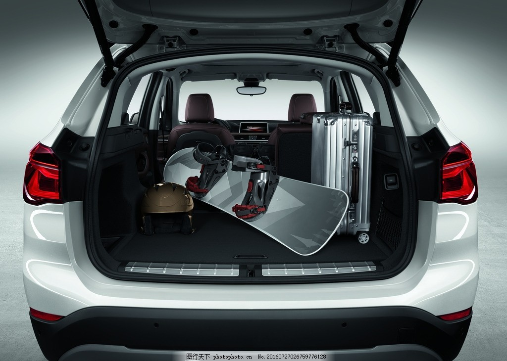 汽车后备箱 汽车 后备箱 尾灯 白色 座椅 内饰 交通工具 设计 现代
