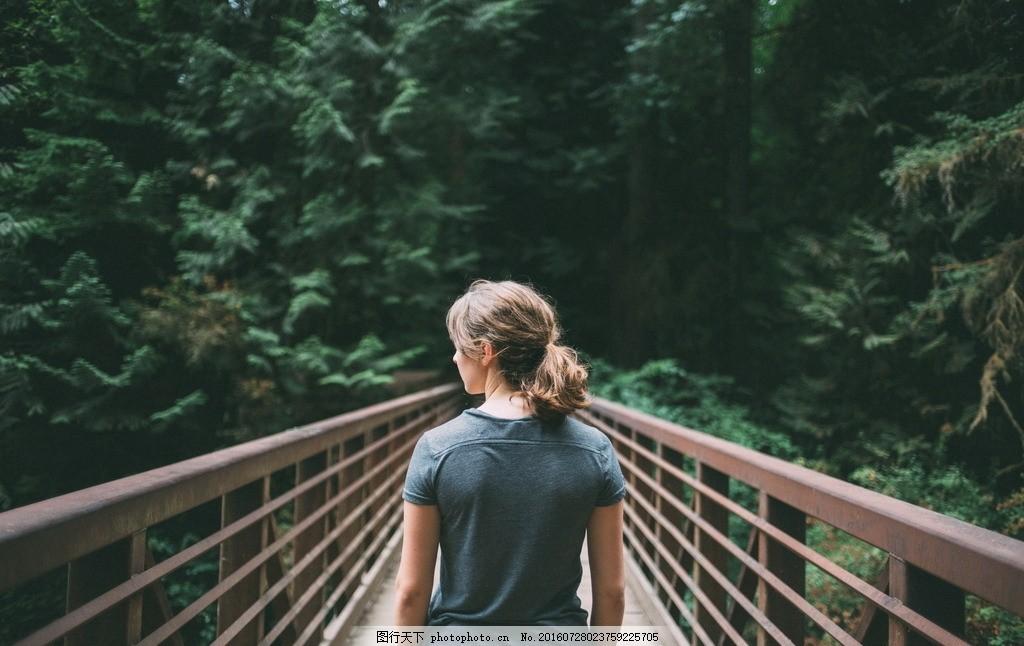 桥上美女背影