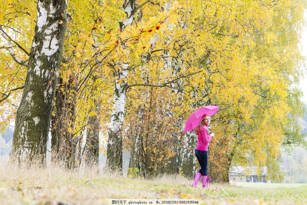 打伞的美女模特图片