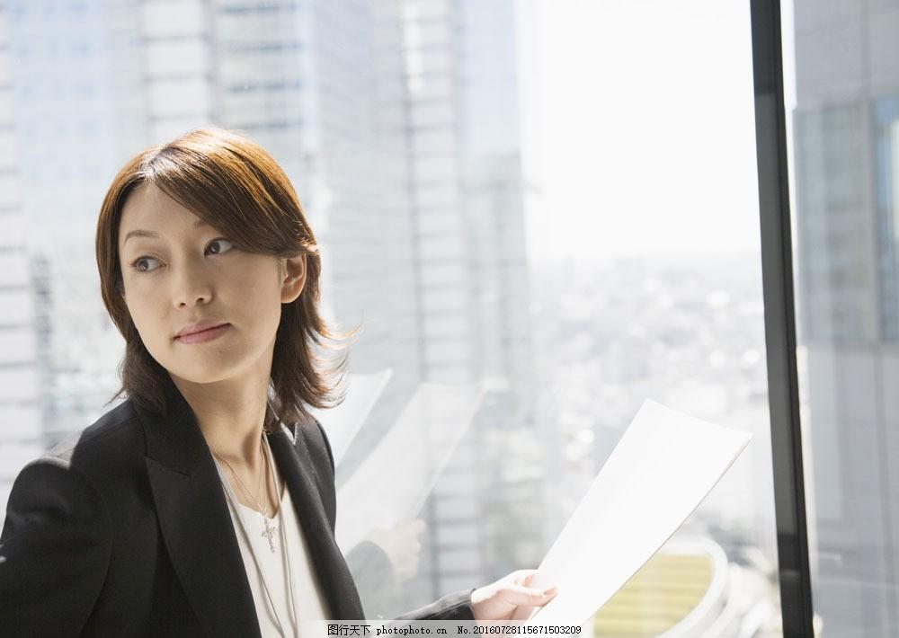 手拿文件的白领美女图片素材 职业女性 女人 商务美女 成功女性 职场