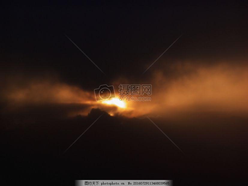 乌云密布的天空 灰暗 灰色 黑色 金黄 太阳 乌云 云朵 自然 气候