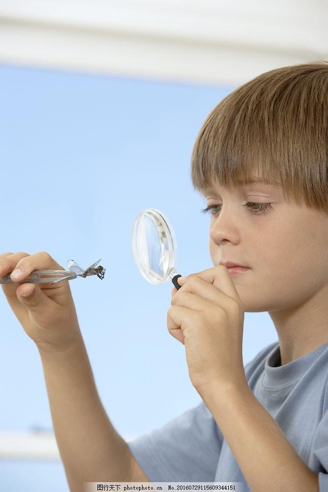拿相机的美女_仔细观察的小男孩图片_人物_高清素材_图行天下图库