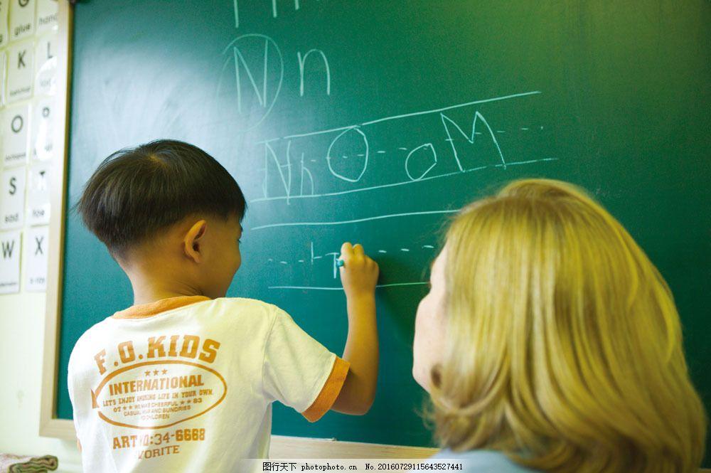 写字的小男孩图片素材 欢笑童年 可爱 儿童 孩子 小朋友 黑板 写字
