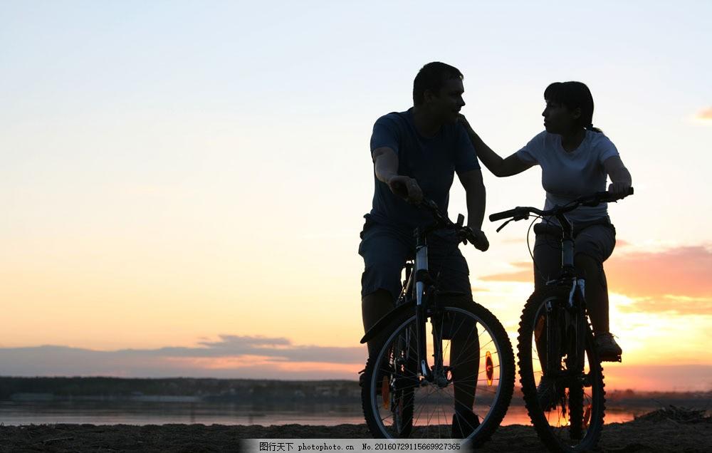 骑自行车的外国夫妻图片