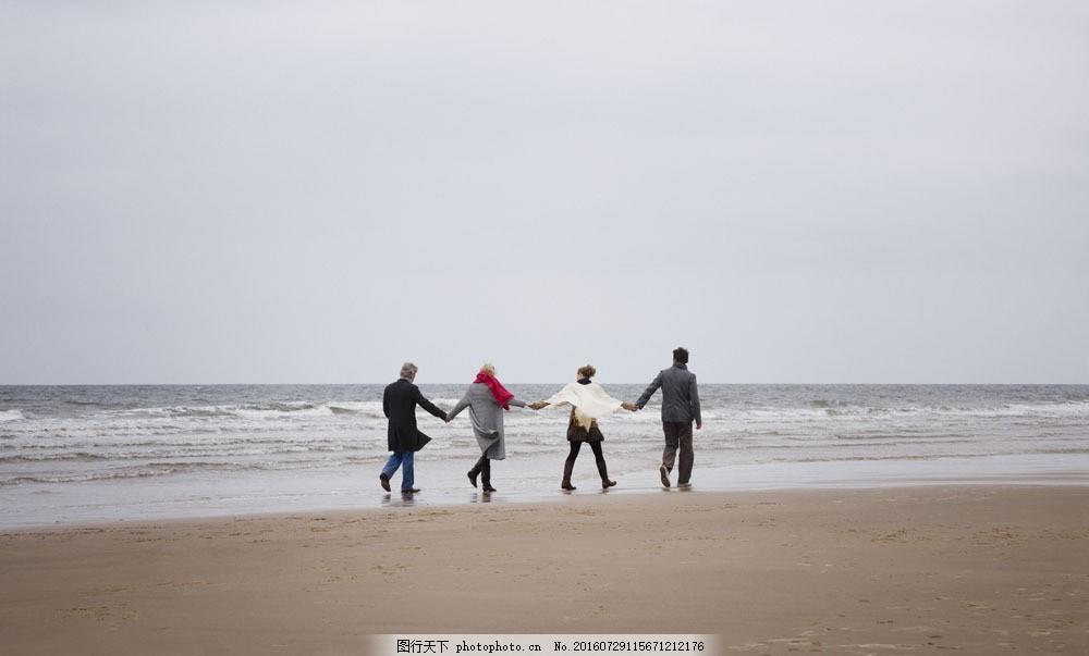 手牵手走在海边的一家人图片素材 情侣 夫妻 一家人 一家四口 爱情
