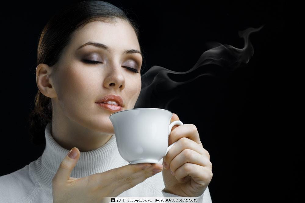 喝咖啡的时尚美女图片