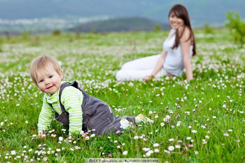 母亲与孩子 可爱 儿童 孩子 小孩儿 男孩 宝宝 草地 妈妈 情侣图片