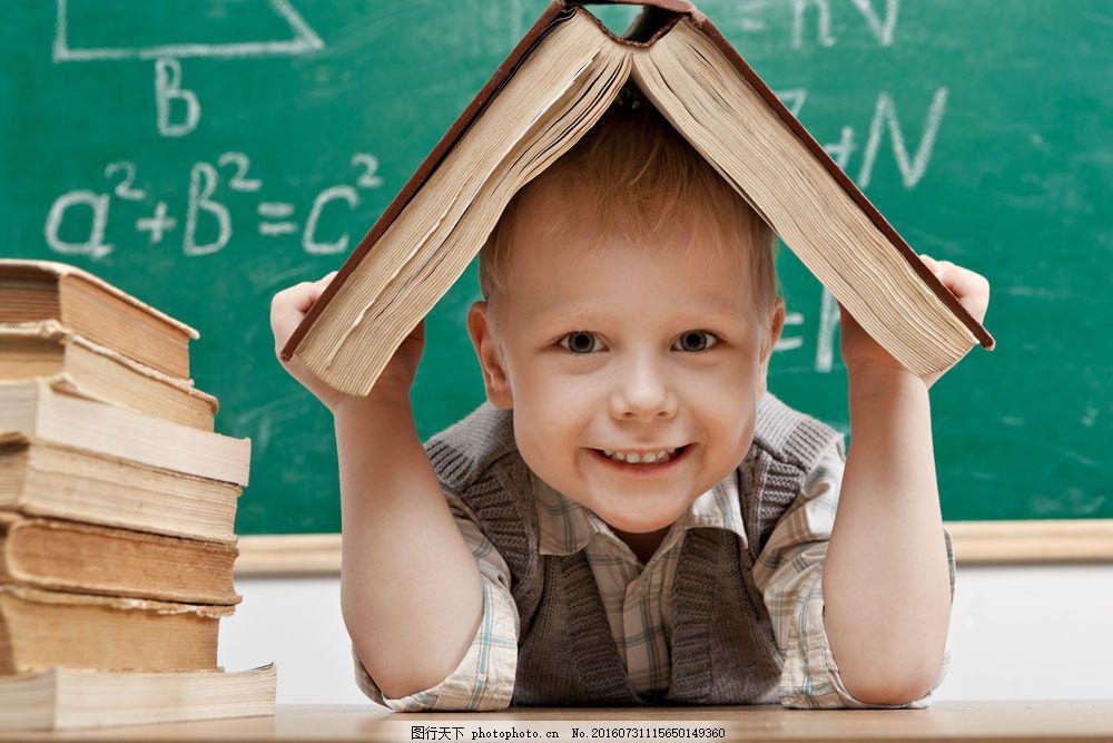 拿着书本的小男生图片