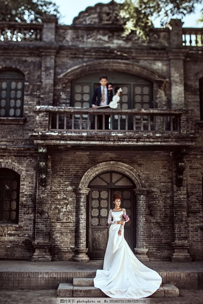 欧式古建筑拉小提琴的新娘图片