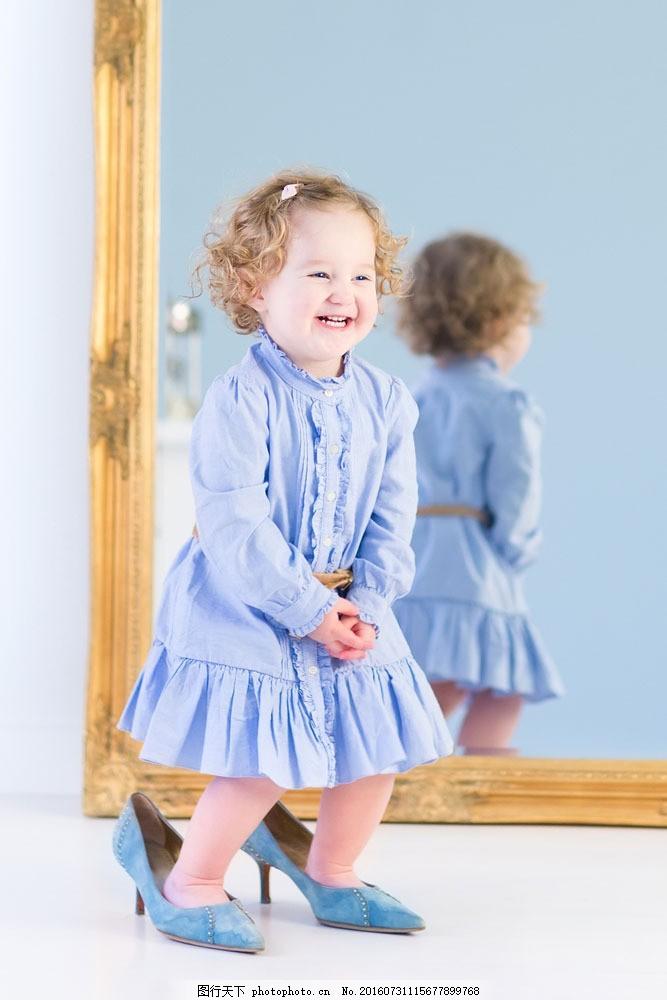 穿高跟鞋的宝宝图片素材 宝宝 儿童 外国孩子 镜子 影子 高跟鞋 微笑