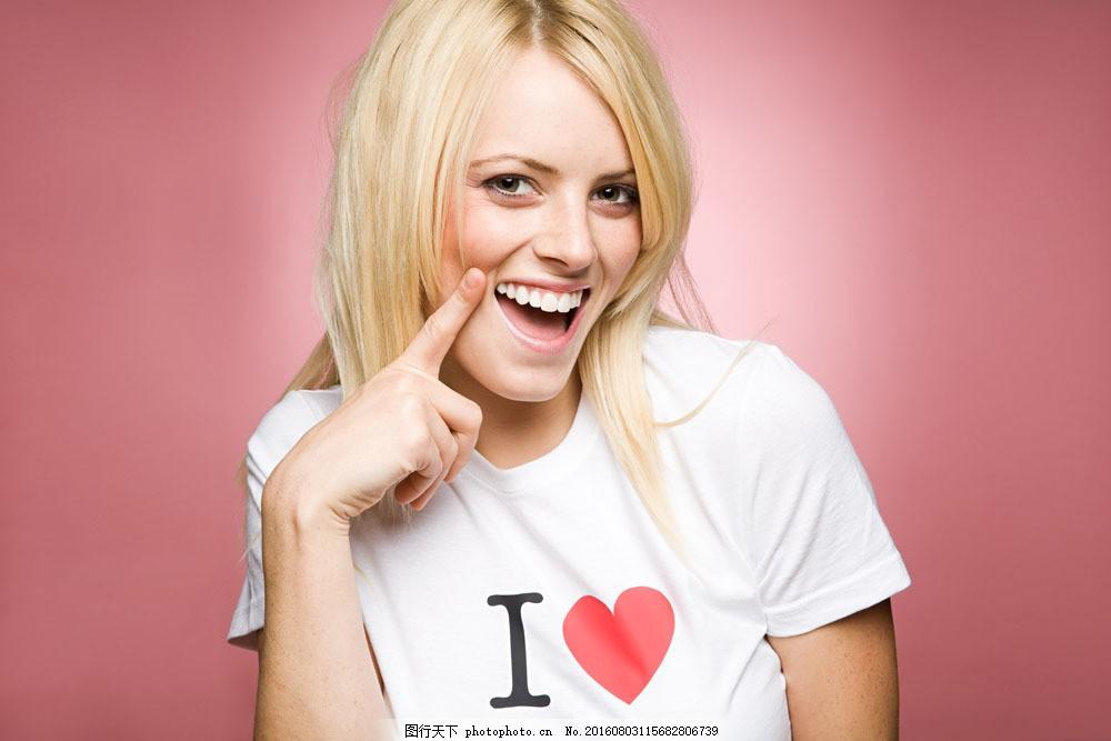 羞涩可爱的外国美女图片素材 人物 女人 外国女人 女性 妇女 黄头发 张嘴 竖食指 羞涩 可爱 天真 年轻 自信 魅力 美丽 微笑 笑脸 红色 白T恤 love 心型 英文字母 图像 图片 相片 照片 照相 摄影 人物图库 高清大图 图片素材 美女图片 人物图片 图片素材