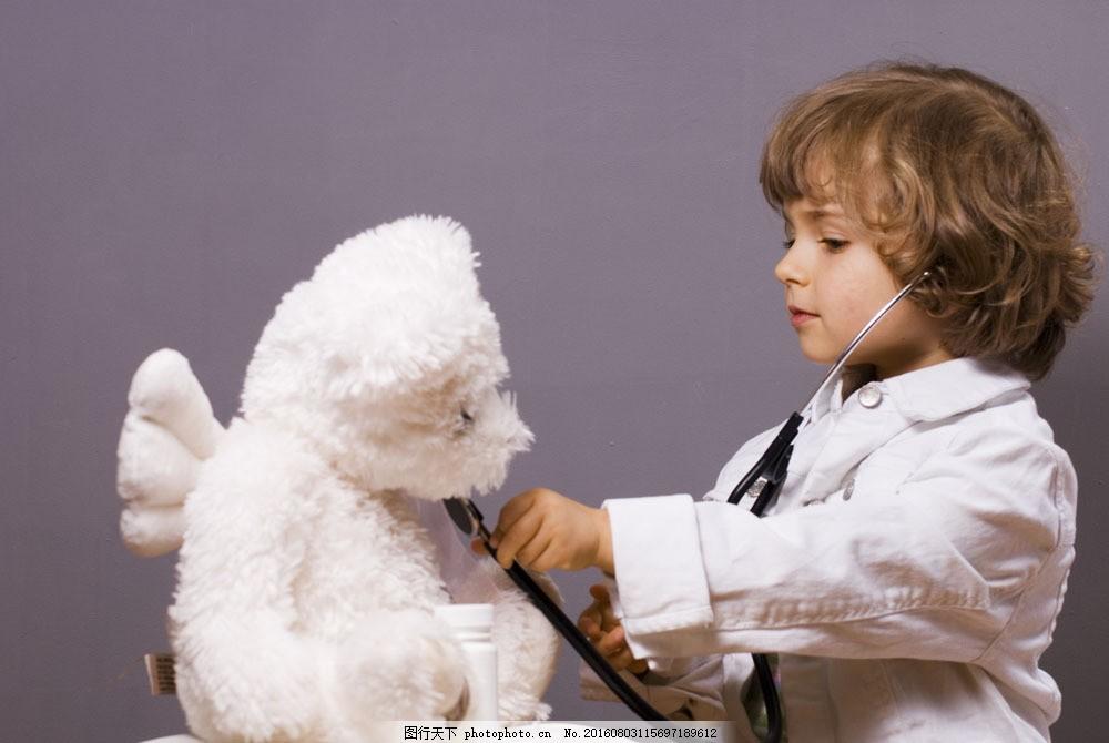 当医生的外国小孩图片素材 医生 小孩 可爱 玩具熊 听诊器 游戏 儿童