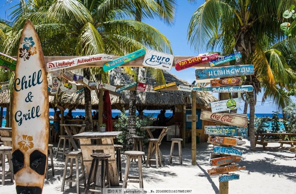 海边 棕榈树 沙滩 蓝天 小店 路标 摄影 旅游摄影 自然风景 72dpi jpg