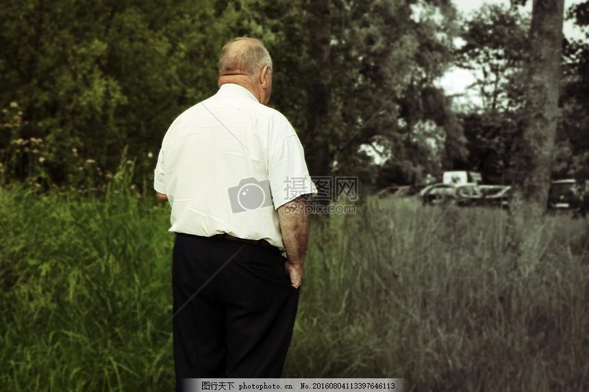 一个人的背影 孤独 老人 男性 黑白 红色