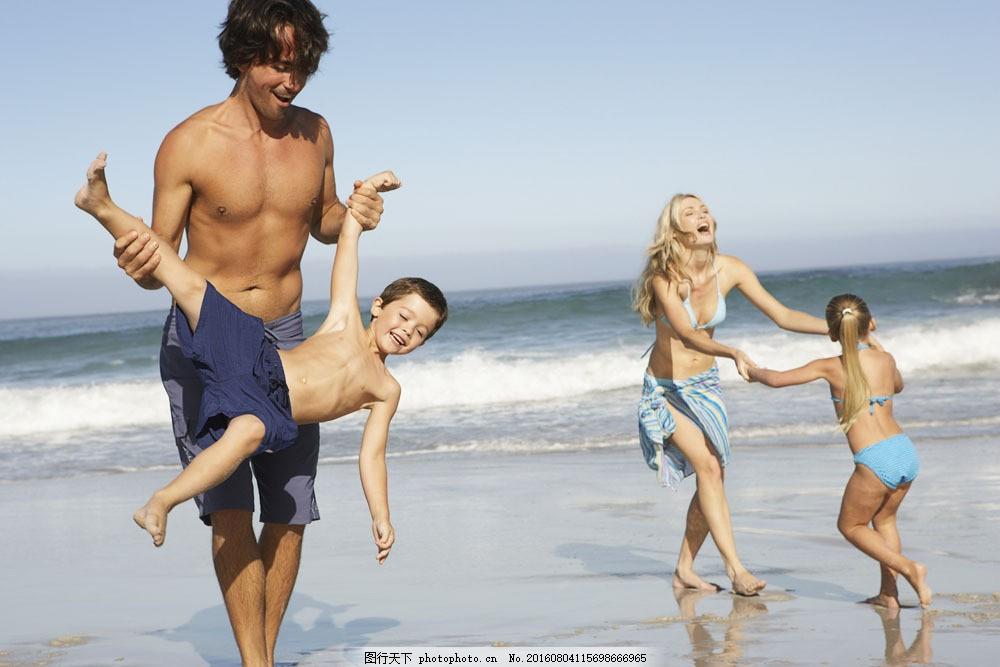在海边玩耍的一家人图片