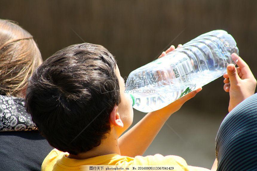 喝水的小孩