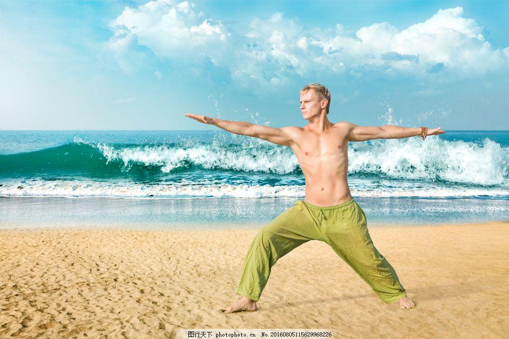 沙滩练瑜伽的男士图片