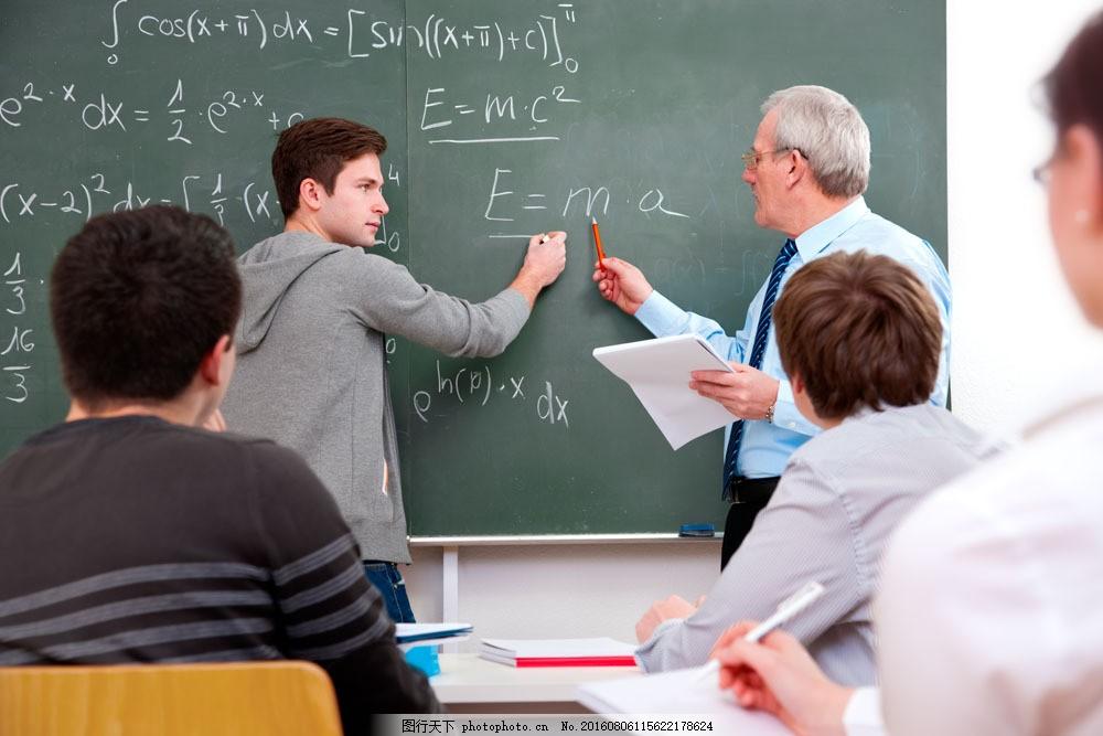 正在与学生讨论的教授图片素材 男老师 职业人物 教师 学生 黑板 商务