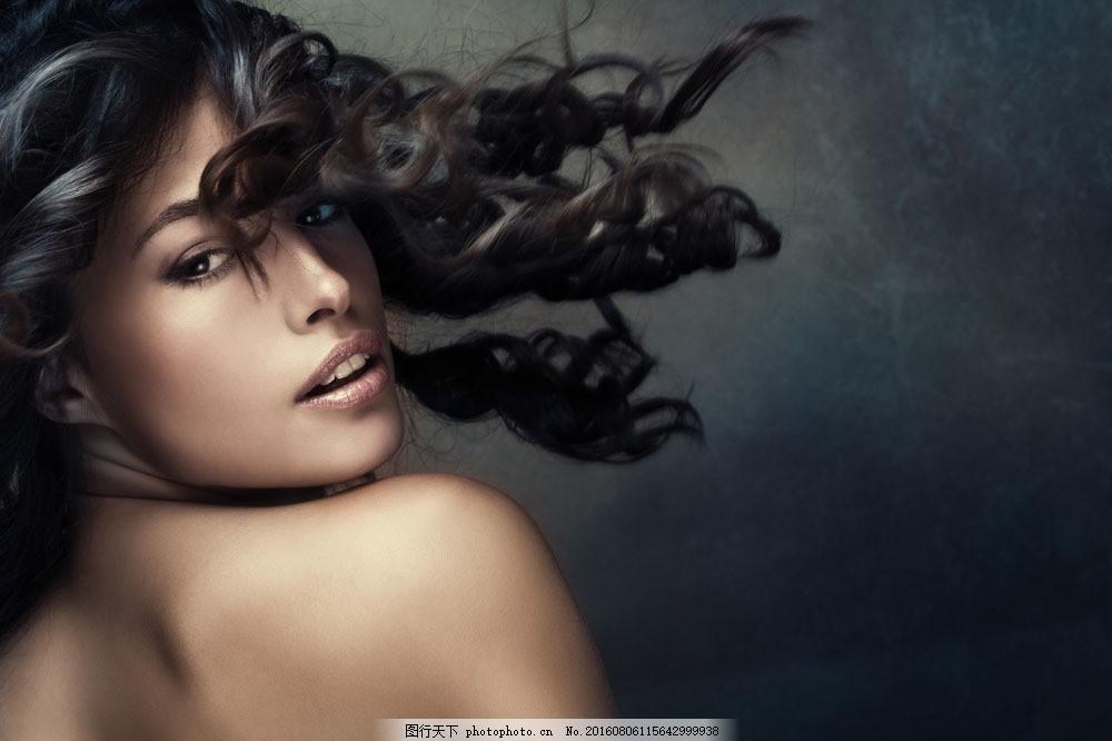 卷发女孩图片