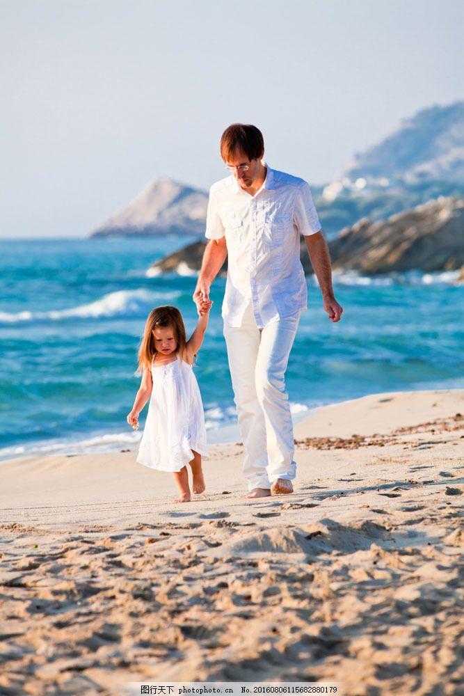 海滩散步的父女图片素材 海滩风景 沙滩 散步的父女 小女孩 外国儿童