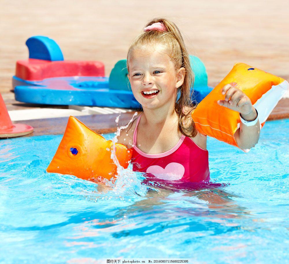 游泳的小女孩图片